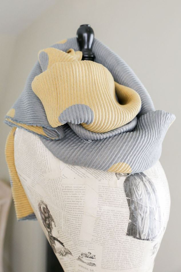 Picture of Lua Pleated Big Dots Scarf
